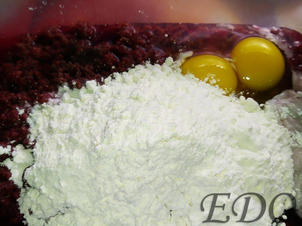 Малиновый пирог с кефирным кремом - насыпали