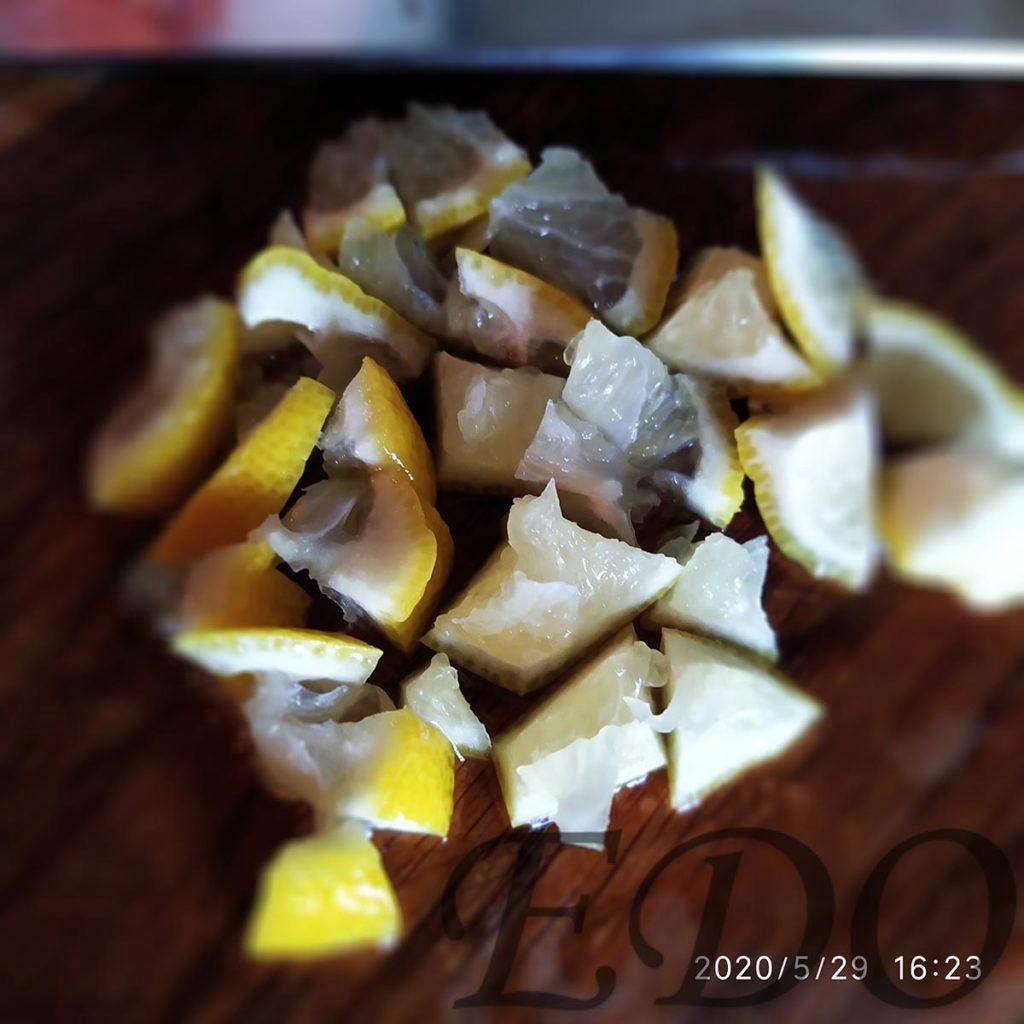 Треть лимона для меда из одуванов