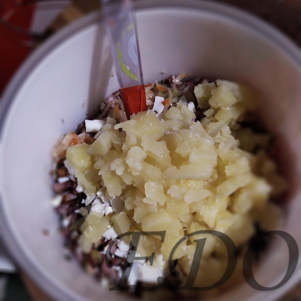 Добавление картошки для окрошки с квашеной капустой