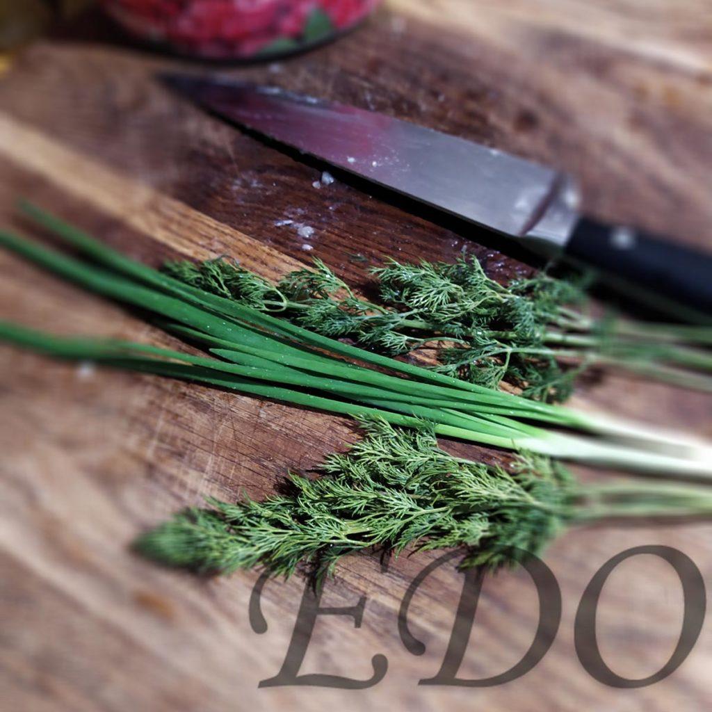 Укроп и зеленый лук для окрошки перед нарезкой