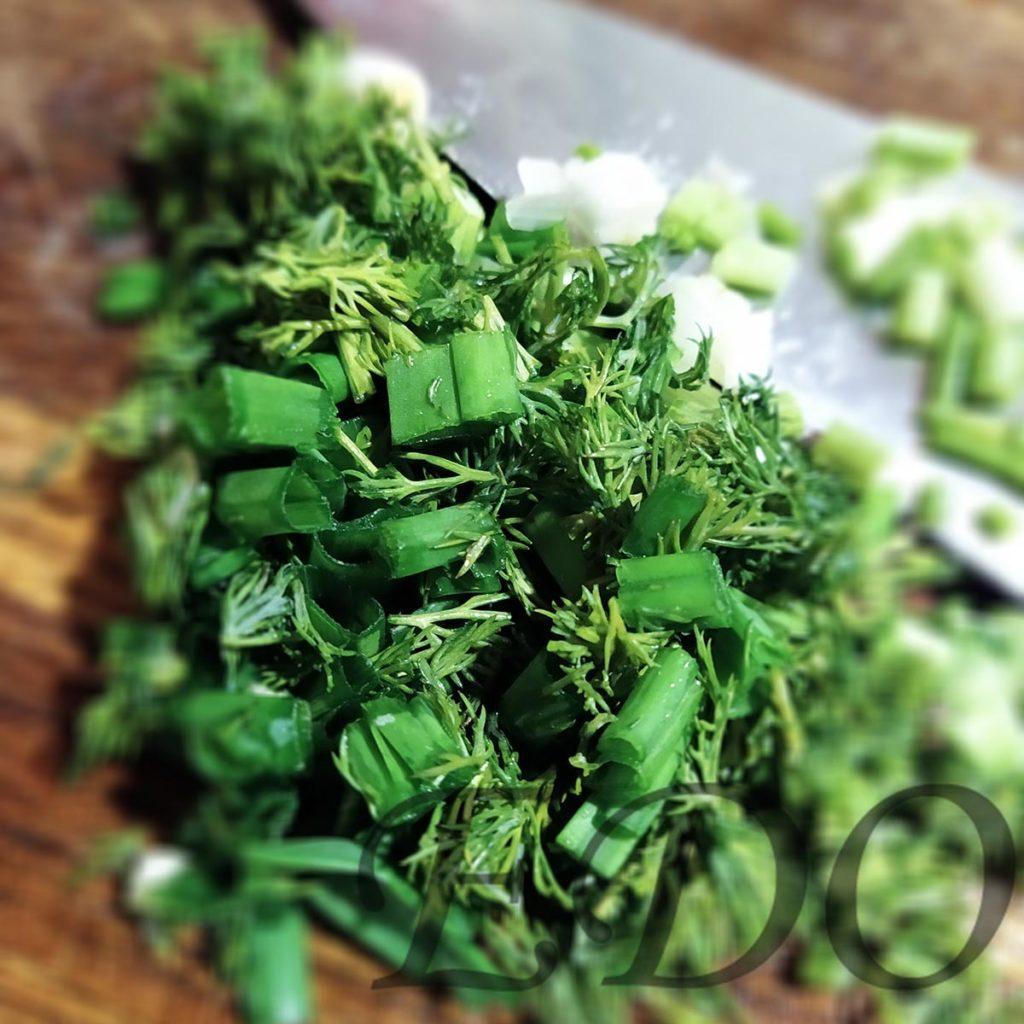 Укроп и зеленый лук для окрошки в нарезке
