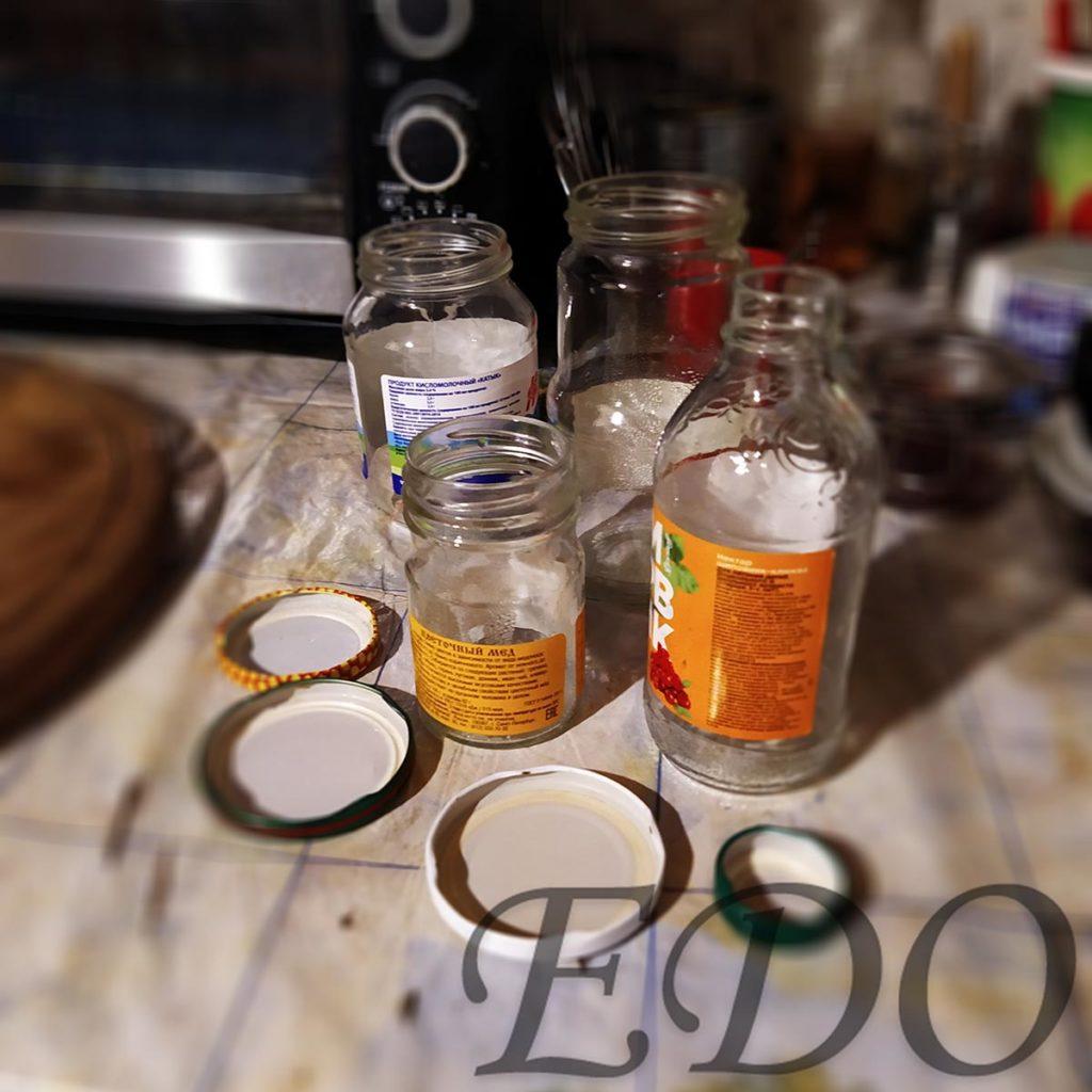Стерилизованная посуда для варенья из шишек елки