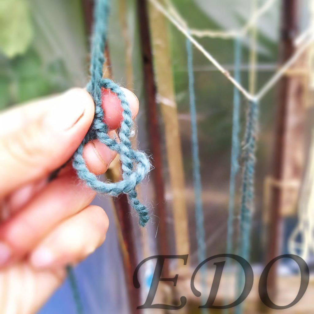 Узел-удавка кончик веревки продеваем в петлю.
