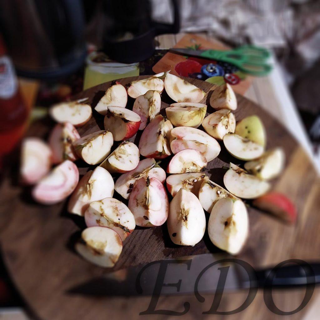 Яблоки порезанные на четыре части