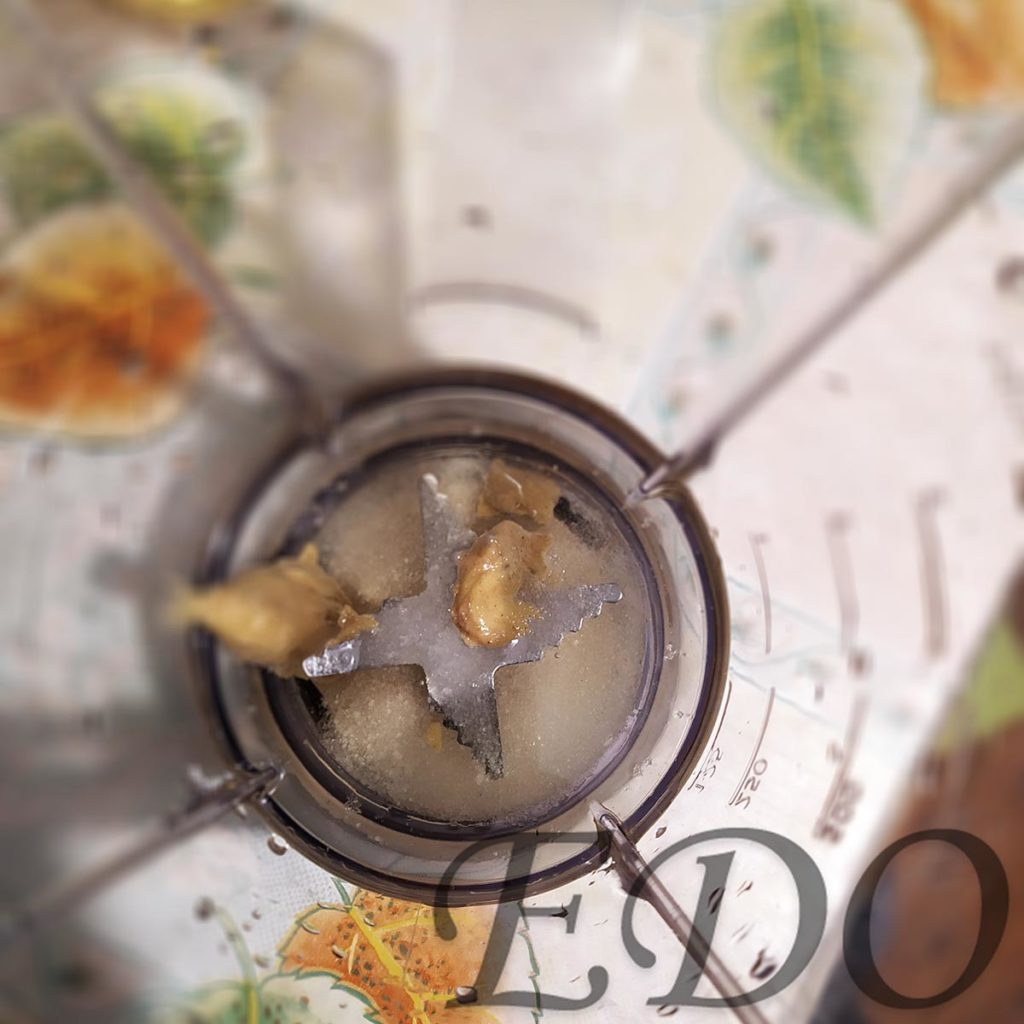 Компоненты «Майонезной взбитости» в миксере масло, соль, сахар, горчица