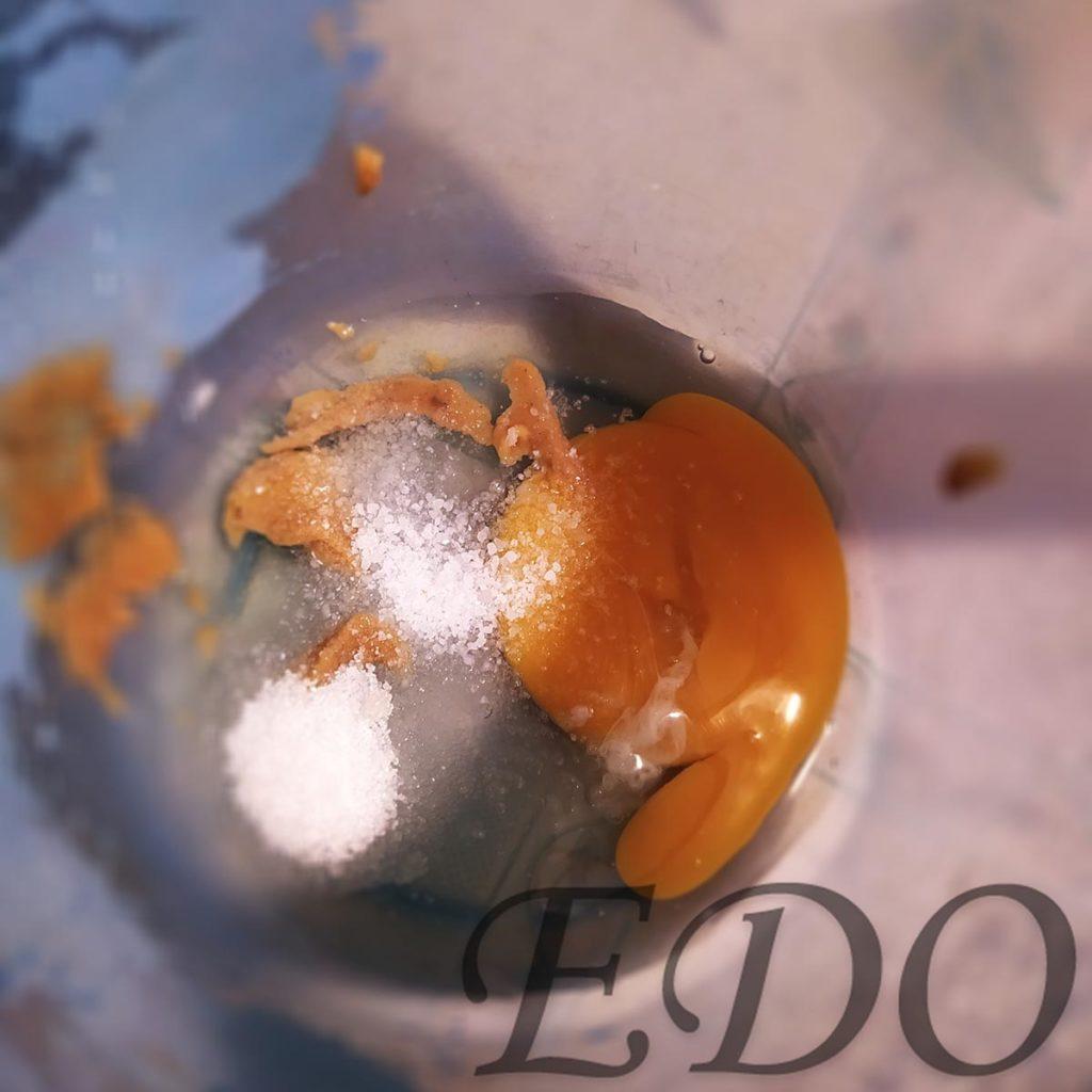 Компоненты «Майонезной взбитости» в миске яйцо, соль, сахар, горчица