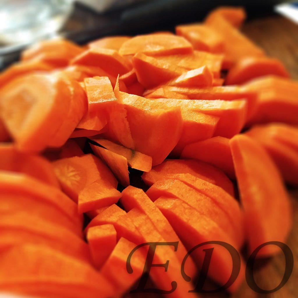 Крупно нарезанный морковь.