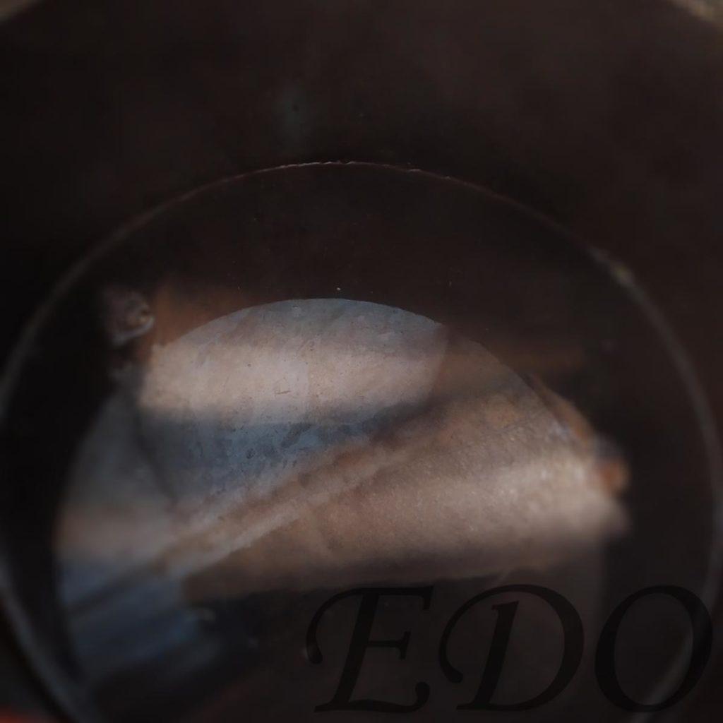 Рыба кета в кастрюле в процессе варки.