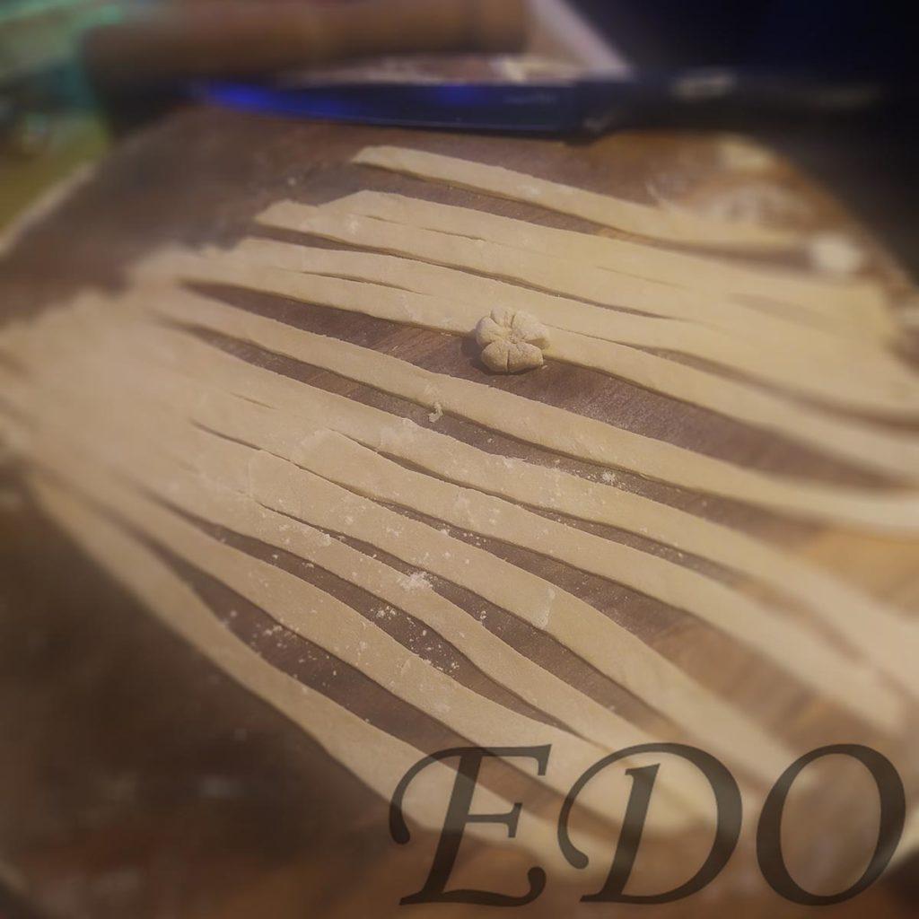 Пирог бруснично-маковый «Плетёнка» полоски украшения