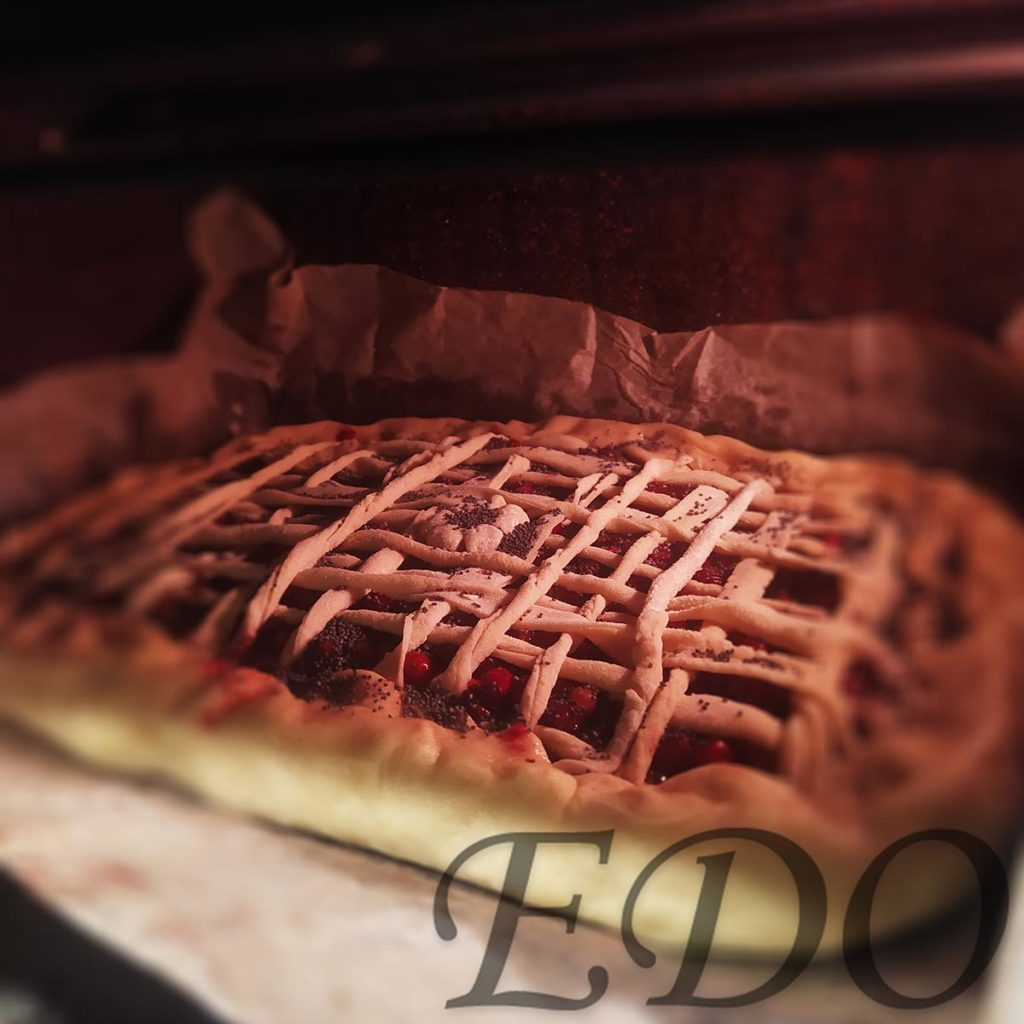 Пирог бруснично-маковый «Плетёнка» в духовом шкафчике