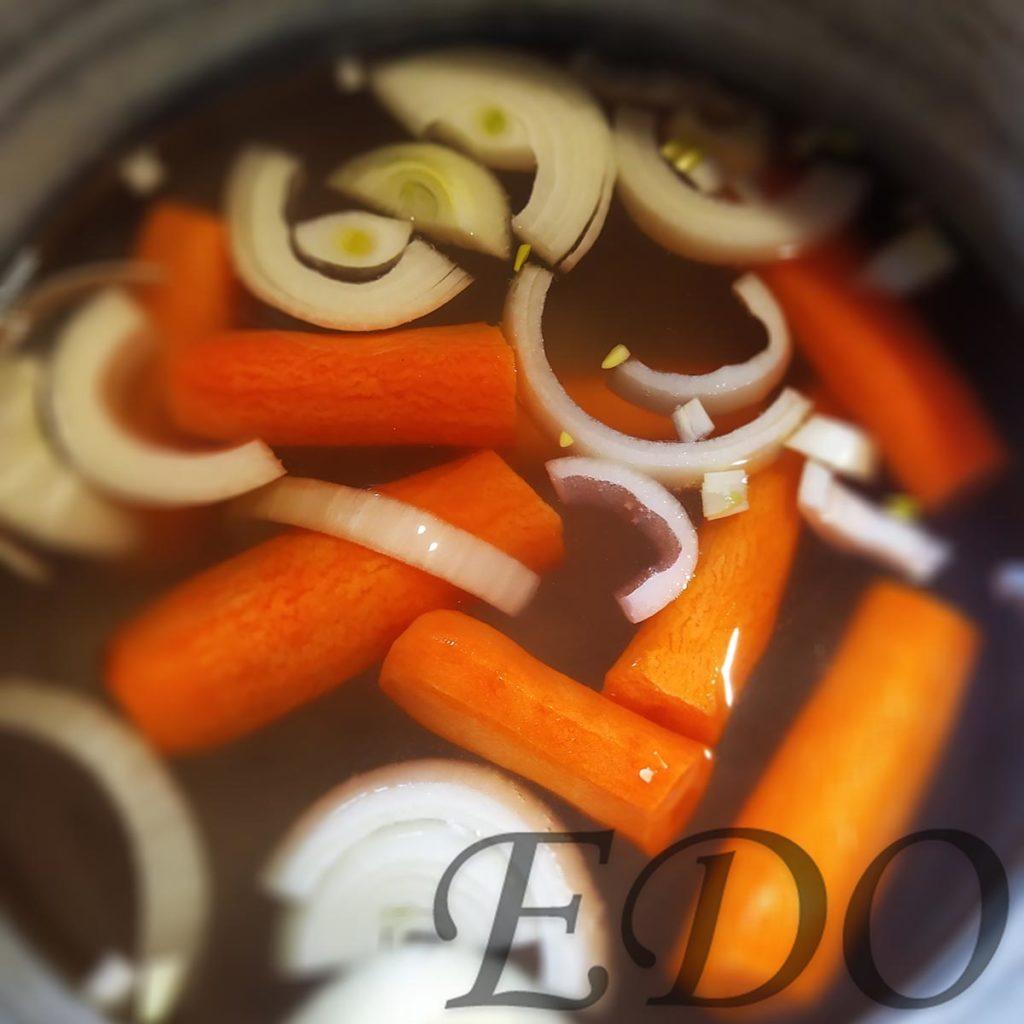 Постный суп «МоркваРис» морковка и лук в кастрюле