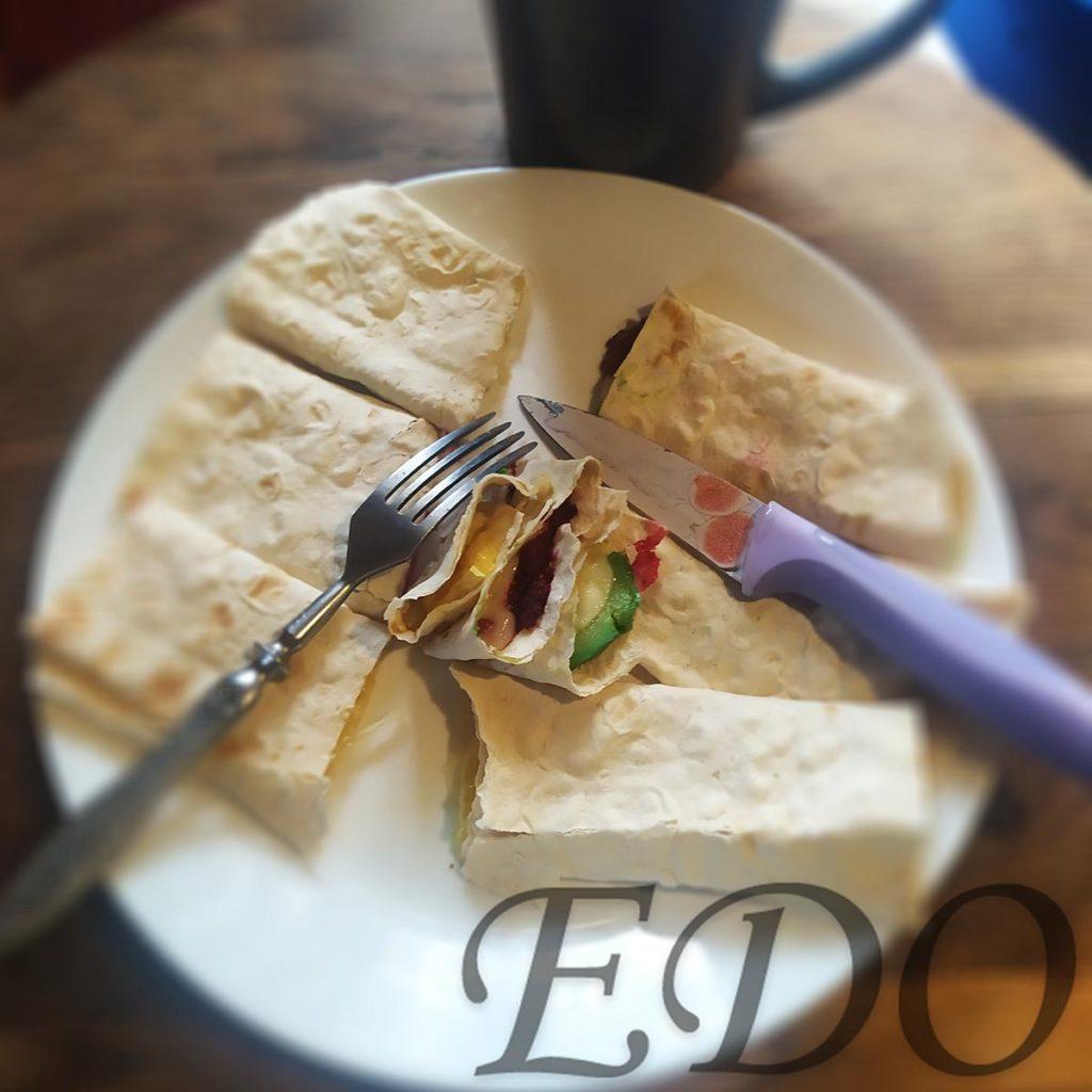 бутерброд «Трио фруктово-овощное» отдельные слои на тарелке