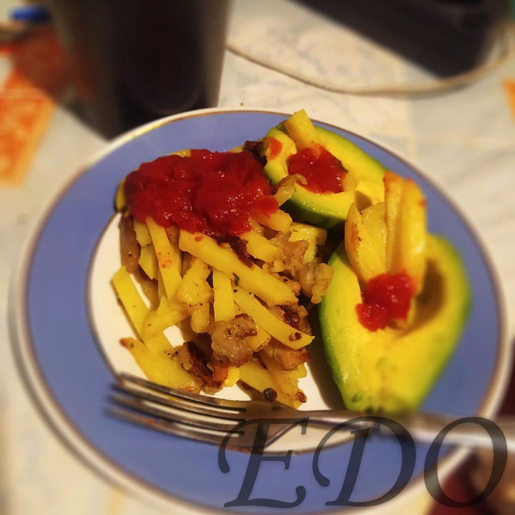 «Авокадо картошка» на тарелке