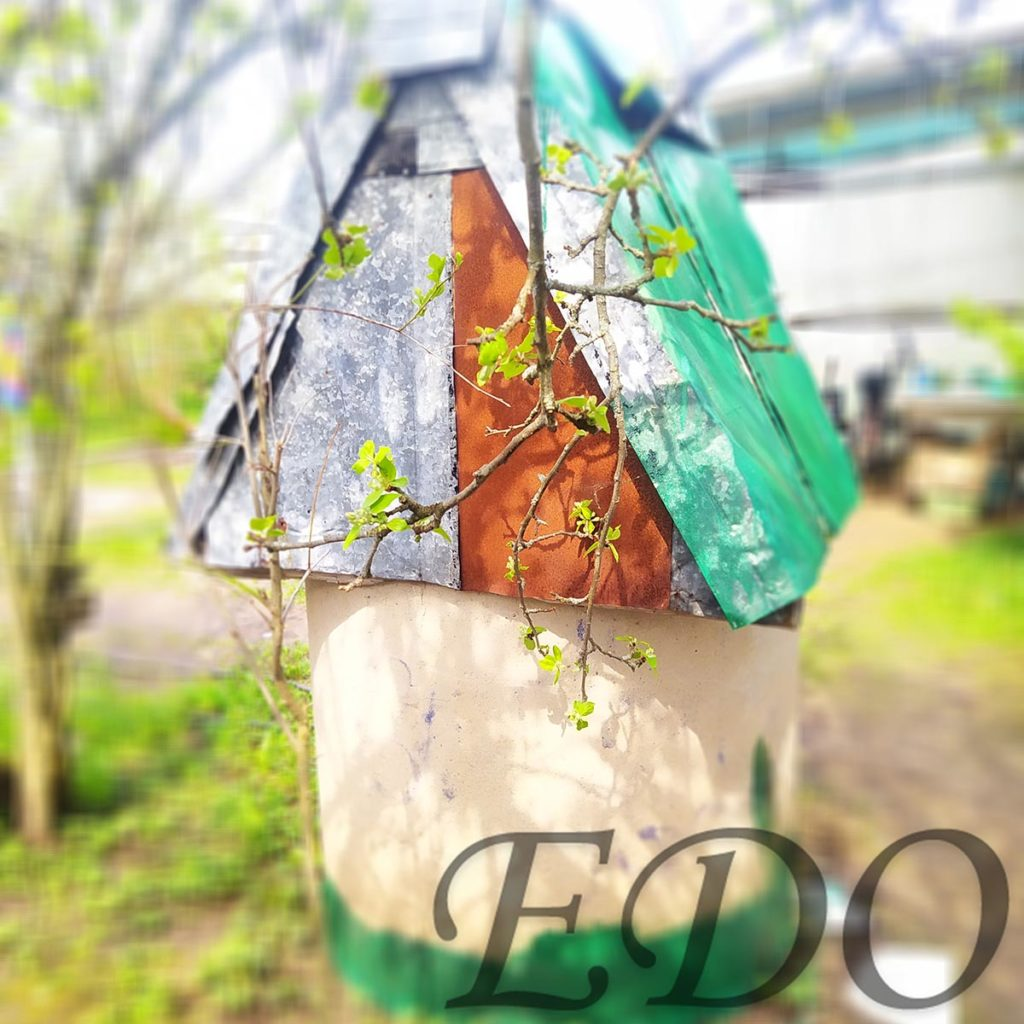 Колодец на даче покраска вид с боку