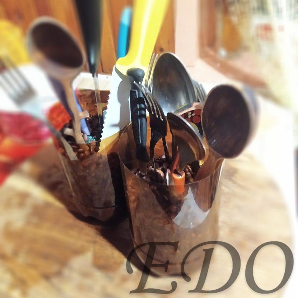 «Ножестоялка кофейная» с ножами и вилками